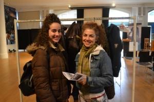 """""""Esta es mi primera colecta de abrigos,"""" dijo Solange Gómez con la nutricionista Kathie Alli, ambas donaron abrigos."""