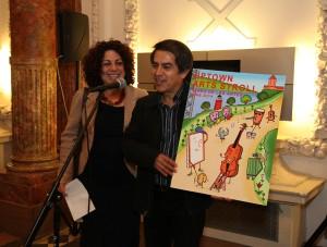 Directora Ejecutiva Sandra Garcia-Betancourt con el ganador Felipe Galino. </br><i>Foto: Gary Santana</i>