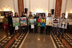 Poster finalistas con el Director Ejecutivo NoMAA Sandra García-Betancourt, fundador NoMAA Consejero Luis Miranda (centro), a la izquierda, Voluntarios Artes Coordinador Paseo Martin Collins, y NoMAA Director del Programa Juana Castro. </br><i>Foto: Gary Santana</i>