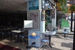 Las decoraciones azules y blancas del restaurante atraen.