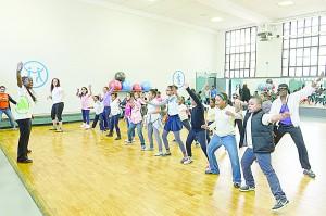 Estudiantes locales participaron en una clase de acondicionamiento físico gratuita. </br><i>Foto: Daniel Avila / NYC Parks</i>
