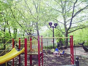 El pequeño parque infantil está dirigido específicamente a niños pequeños de cinco años y menos.