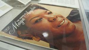 La exhibición, comisariada en respuesta a la muerte de Angelou, cuenta con varios artefactos.