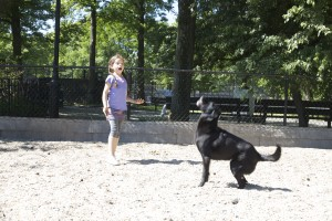 Una niña juega en 'Homer's Run', en Inwood Hill Park.